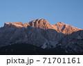 ドロミテ 朝焼けのトファーナ山 71701161