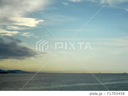 青い空・雲・海、水平線近くの空が黄色に染まり始める頃 71703456