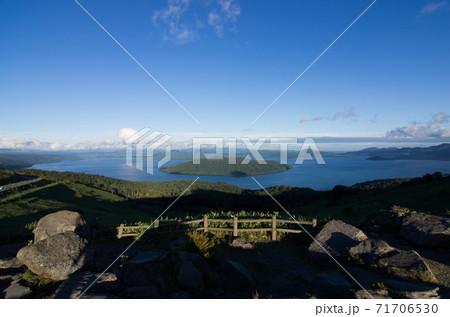 北海道川上郡弟子屈町の屈斜路湖がみえる美幌峠からの景色 71706530