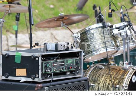 ドラムセットと機材 71707145