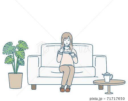 ソファーに座ってお茶を飲む女性 リラックス 71717650