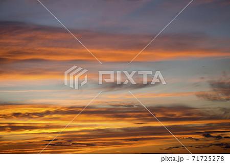 オレンジ色に染まる夕焼けの空の背景素材写真 71725278