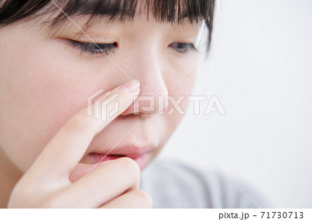 毛穴の黒ずみを気にする日本人女子中学生 71730713