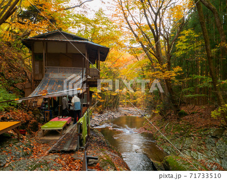 紅葉の渓流沿いの茶屋 (小太郎茶屋、小太郎ヶ淵、那須塩原、栃木県) 71733510