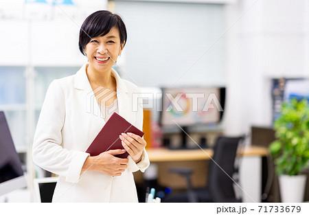 シニア女性 オフィス エリート 71733679