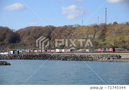 北海道登別市富浦町の海岸沿いを行く貨物列車 71745344