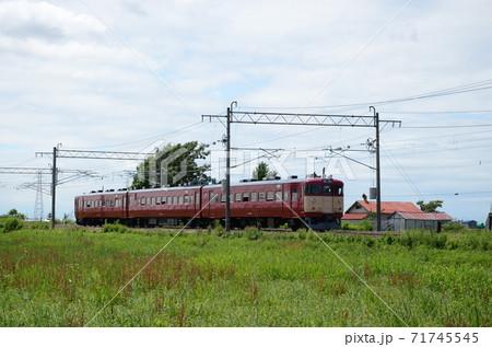 夏の昼時を岩見沢に向けて走る旧型の普通電車 71745545