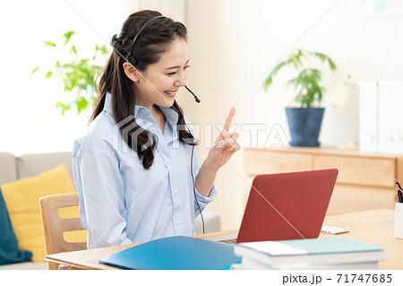 ビデオ通話をする女性 71747685