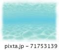 背景素材 リゾート地の浅い海に潜ったイメージ 白縁 71753139