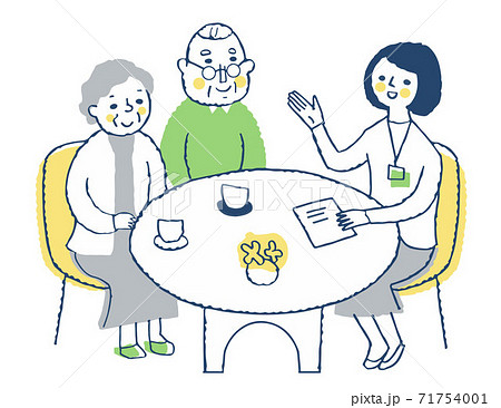 接客 相談するシニア夫婦と説明する女性スタッフ 71754001