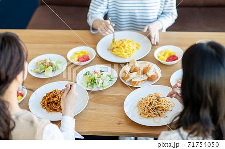 レストランで食事をする若い女性 71754050