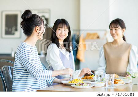 レストランでランチをする若い女性 71761681