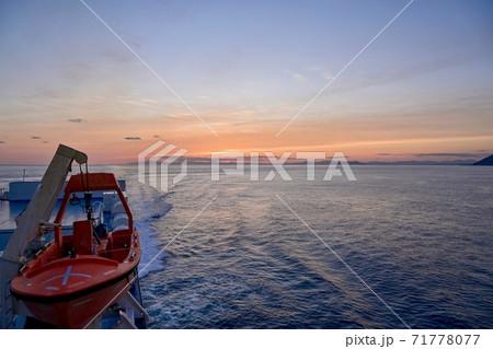 津軽海峡の船上から見る夕焼けの情景@北海道 71778077