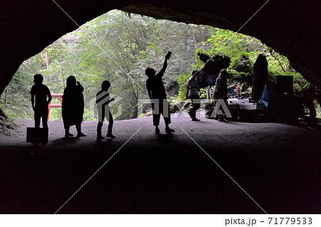 鹿児島県曽於市財部町の山奥にあるパワースポット溝ノ口洞穴入口で探検する家族 71779533