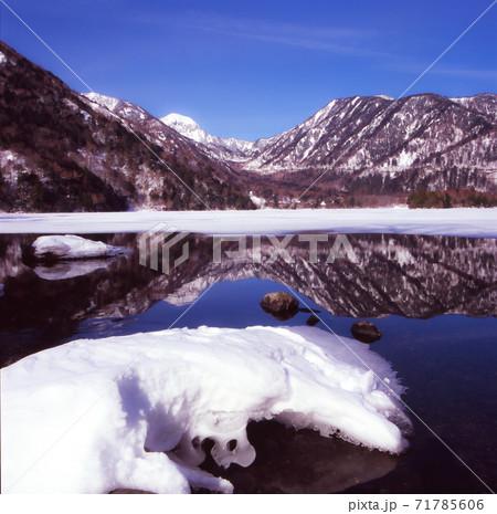 冬の奥日光湯ノ湖(日本)と金精山。湖上には山並みの映り込みの水鏡 71785606
