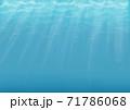背景素材 水中に太陽光線が差し込むイメージ 71786068