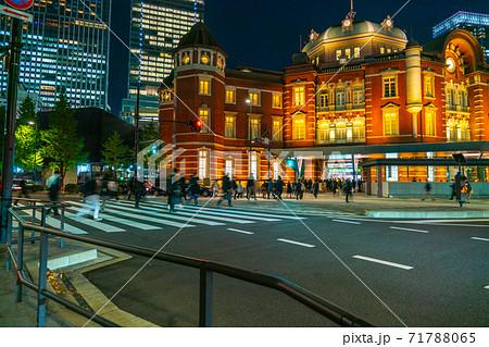 帰宅のために東京駅へと向かう人々 71788065