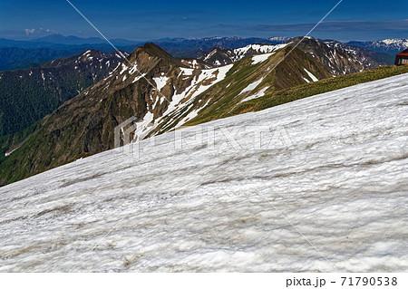 谷川岳の残雪と上越国境稜線の山並み 71790538