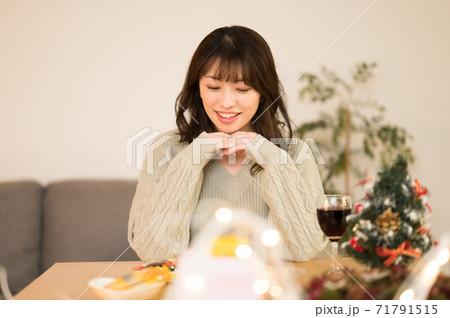 クルスマスにワインを飲む女性 71791515