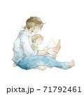 絵本を読む親子 71792461