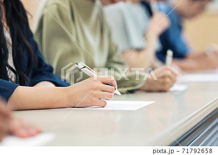 試験を受ける人の手もと 71792658