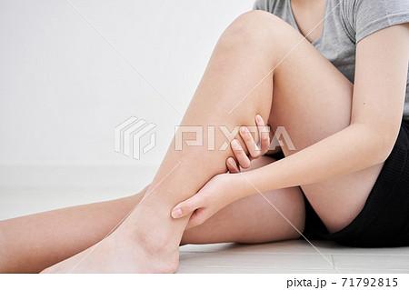 足むくみを気にする日本人女子中学生 71792815