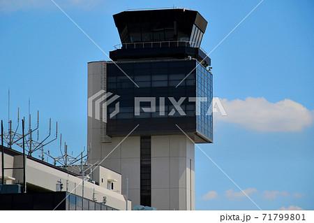 青空に映える伊丹空港(大阪国際空港)の管制塔(コントロールタワー) 71799801