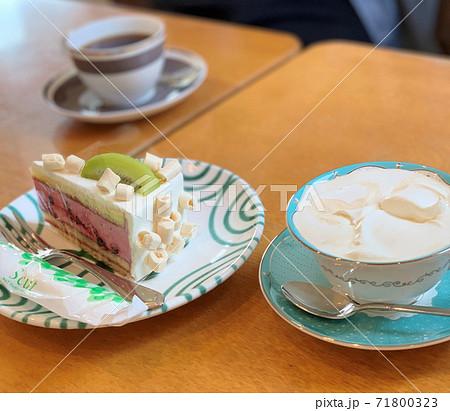ストロベリームースケーキとウインナーコーヒー 71800323