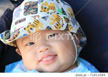 帽子をかぶった笑顔の0歳の赤ちゃんのアップ 71811084