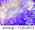 アルコールインク 背景 鮮やかブルー&ゴールド 71814623