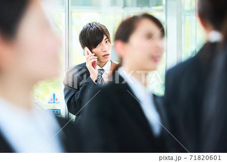 ビジネスシーン 若い男性 71820601