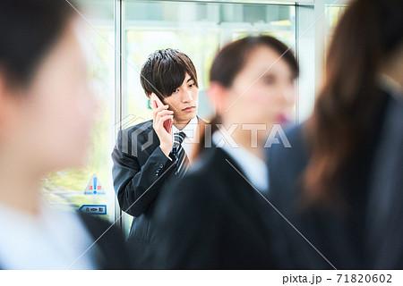 ビジネスシーン 若い男性 71820602