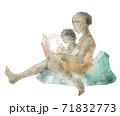 絵本を読む親子(母親) 71832773