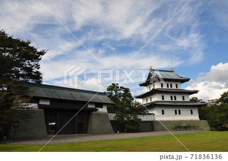 松前城の天守と本丸御門:北海道松前町 71836136