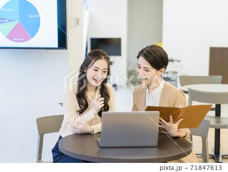 オフィスで仕事を教えるビジネスウーマン 71847613