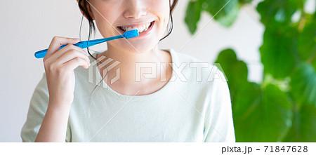 歯みがきをする若い女性 71847628