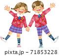 笑顔で手をつなぐ制服を着た子供たち 71853228
