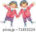 笑顔で手をつなぐぶかぶかの制服を着た子供たち 71853229