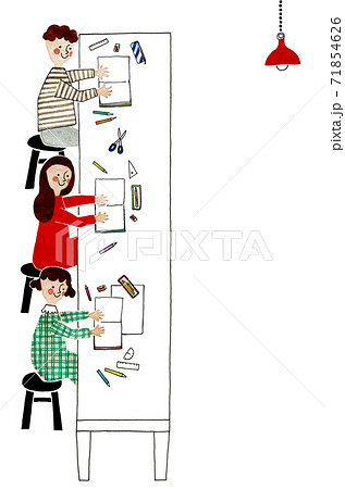 デスクで勉強する子供たち 71854626