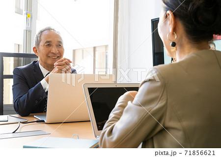 ミドル〜シニアの男女ビジネスイメージ 71856621