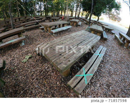 コロナのため使用禁止になった公園のベンチ 71857598