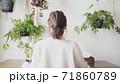 自宅オフィスで仕事する日本人女性の後ろ姿 71860789