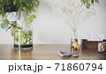 おしゃれなダイニングテーブルと掃除する写真素材 71860794