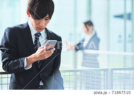 若いビジネスマン 71867510