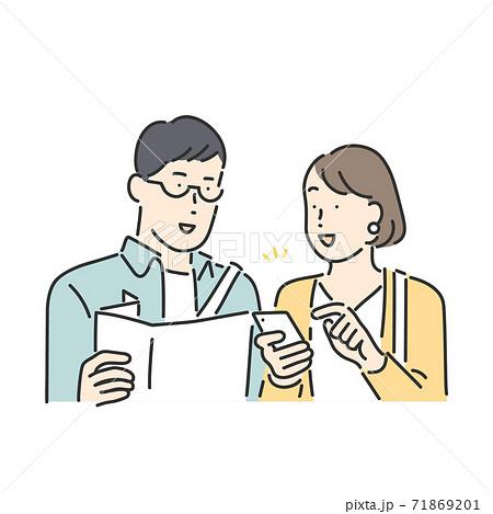 スマホで調べものをするカップル、夫婦のイラスト素材 71869201