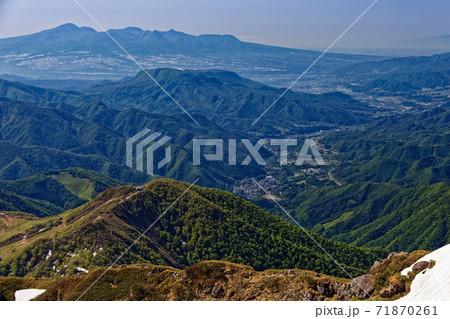 谷川岳から見る西黒尾根上部と赤城山・沼田方面の町並み 71870261