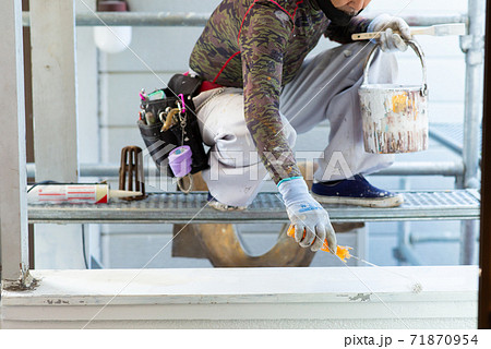 家の外壁塗装をするペンキ屋さん 71870954