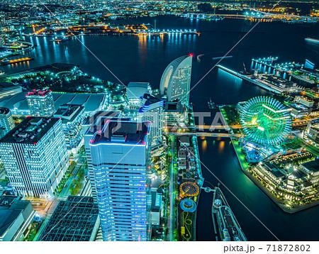 横浜ランドマークタワーからの観覧車夜景 71872802