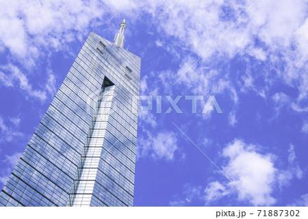空模様に擬態した美しい福岡タワー 71887302