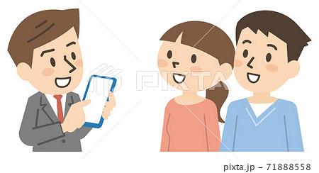 若い夫婦にスマホで説明する男性ビジネスマン 71888558